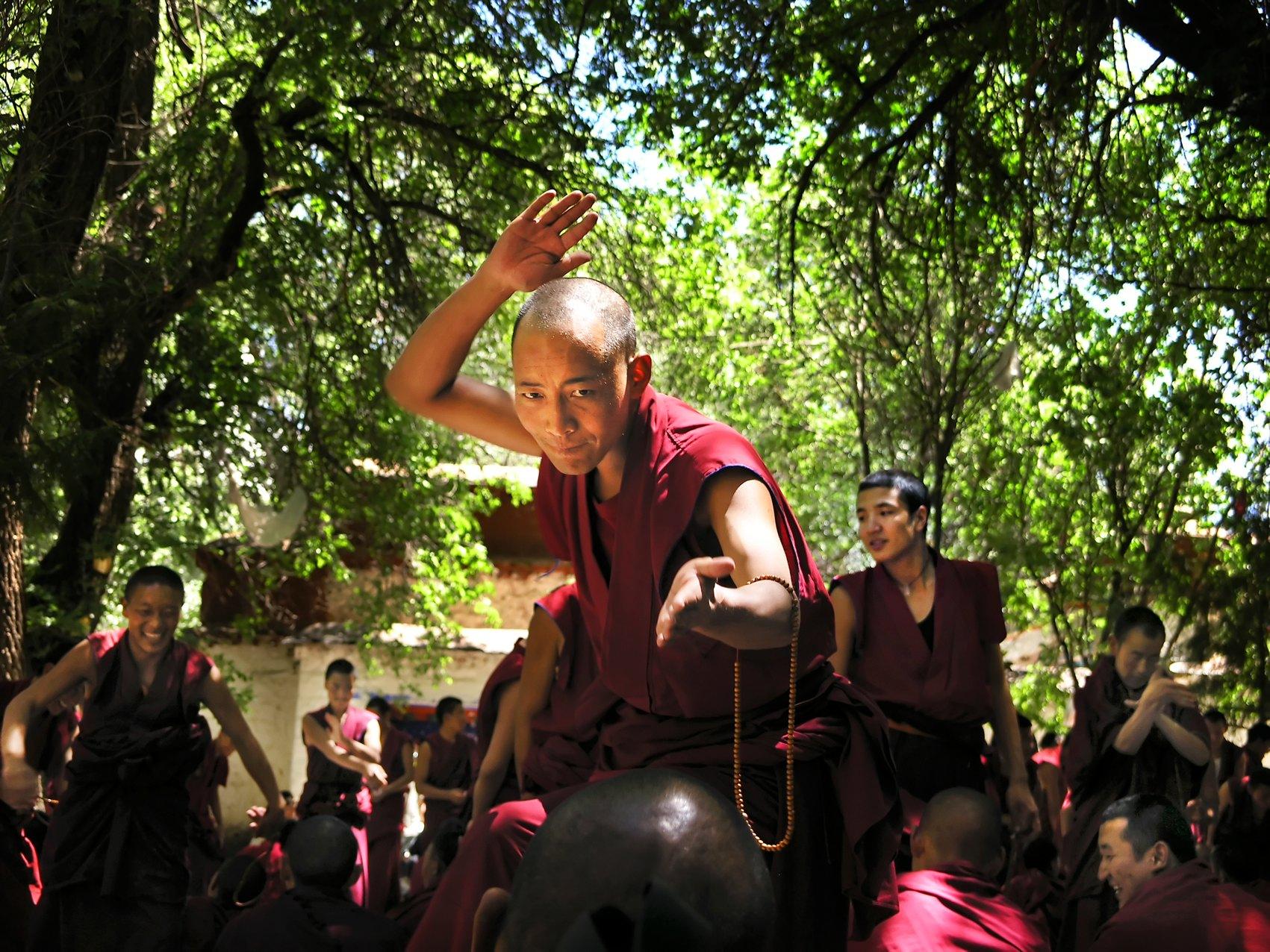Tibet, Lhasa, 20060703 Debatterende monniken in het Sera klooster bij Lhasa