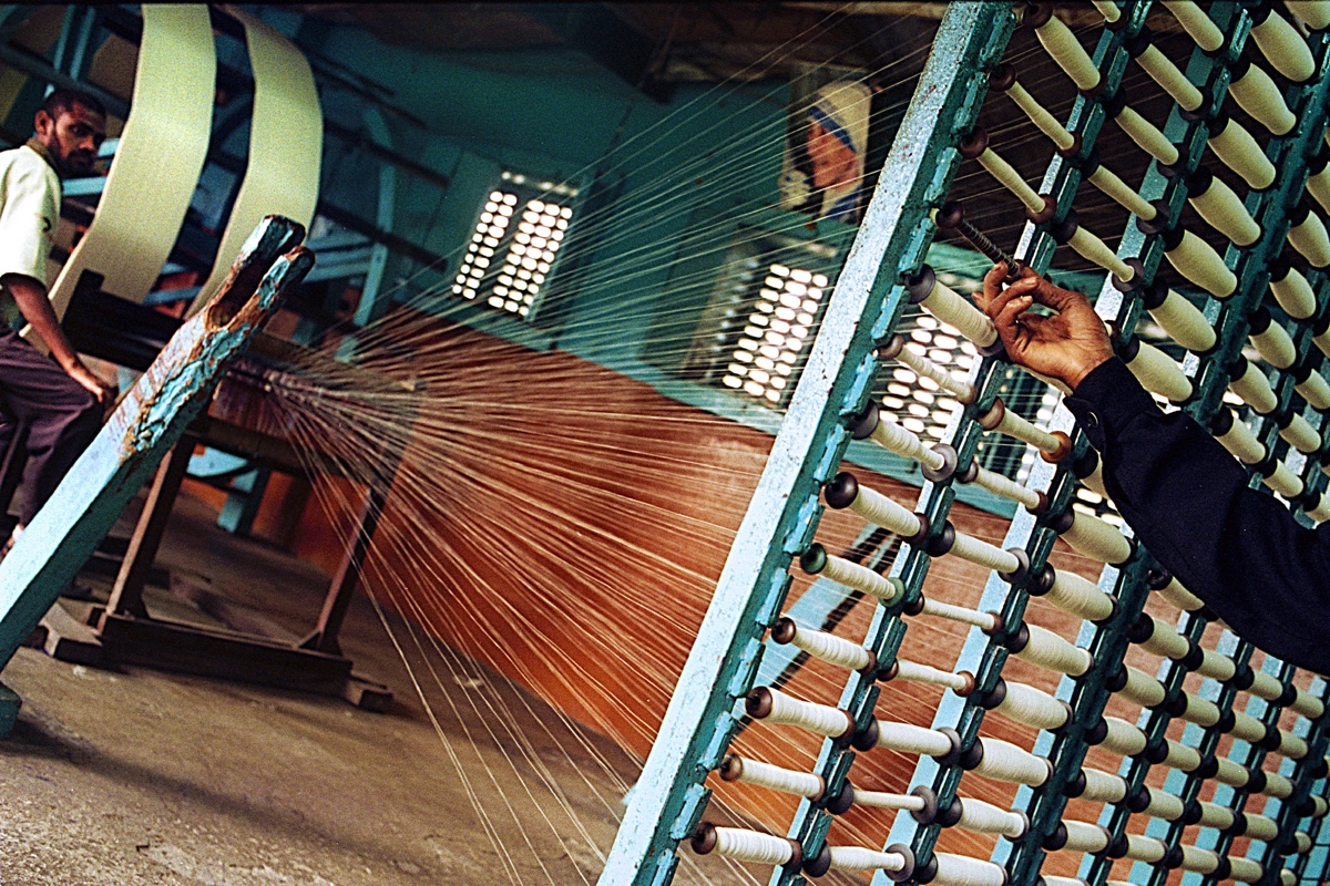 Most people work in the extended building where the weaving-looms are. Clothes and other textile for the order of mother Theresa around the world are made here. The arm on the right is replacing the spools as soon as they run out of thread