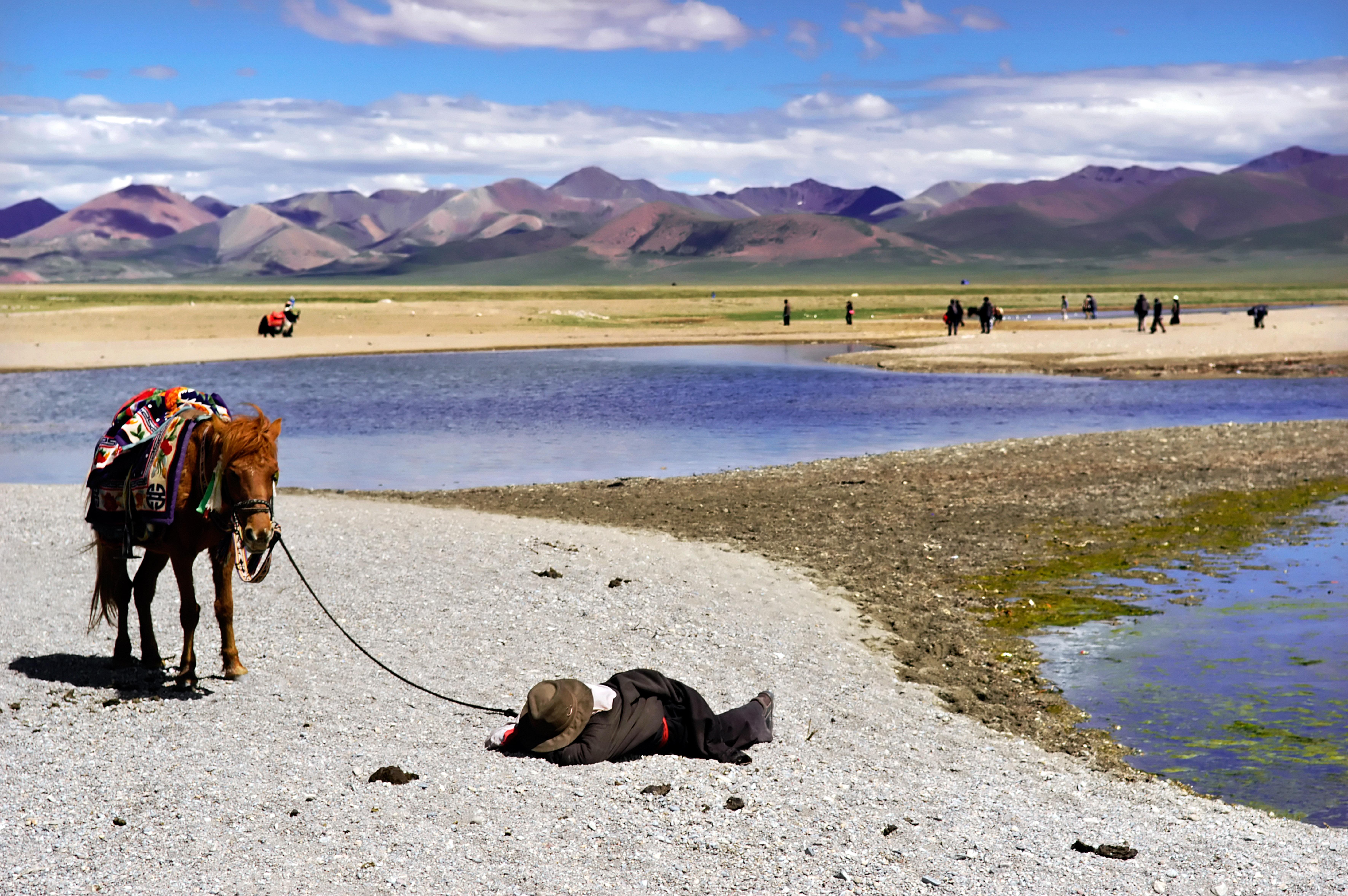 Tibet, Nam-tso, 20060707 Het Nam Tso meer is een van de hoogste meren ter wereld met een fragiel ecosysteem en de traditionele plek van de Tibetaanse nomaden ; nu bezoeken in sneltempo steeds meer Chinese toeristen de plek